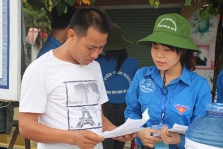 Lực lượng tình nguyện viên có mặt tại các ngả đường, bến xe và điểm thi để hỗ trợ cho các thí sinh cũng như người nhà các thí sinh