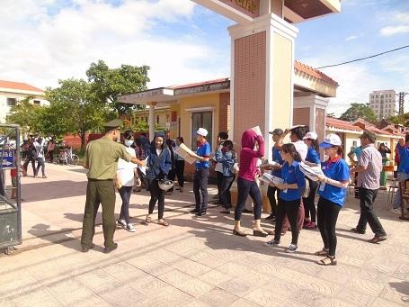 Các tình nguyện viên có mặt tại các điểm thi để hỗ trợ thí sinh. (Ảnh: Tiến Thành)