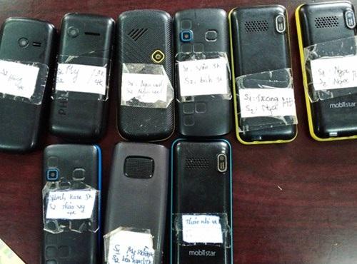 Những chiếc điện thoại có dán tên gái bán dâm và giá bán dâm