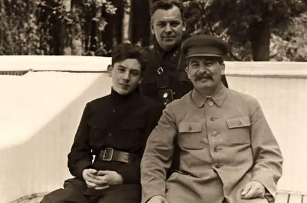 Vasily, tướng cảnh vệ N.S Vlasic và I.V. Stalin tại nhà nghỉ ở ngoại ô. Nguồn: PublicDomain