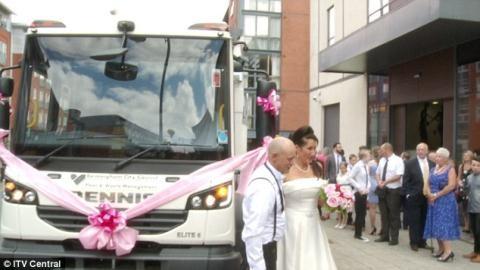 Cô dâu gây sốc vì dùng xe chở rác làm xe hoa - 3