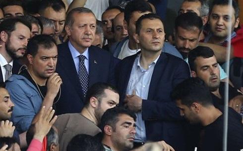 Tổng thống Erdogan bên những người ủng hộ ở sân bay Ataturk (Istanbul). Ảnh: Reuters.