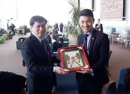 Đồng chí Nguyễn Long Hải tặng quà cho ông BAEY Yam Keng - Thư Ký Quốc Hội tại Bộ Văn Hóa, Cộng Đồng và Thanh Niên Singapore.