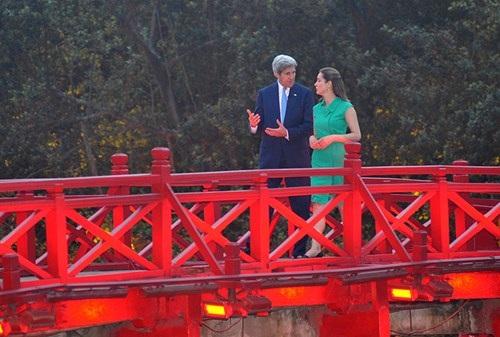 Ngoại trưởng Mỹ John Kerry thư thái đi dạo trên cầu Thê Húc.