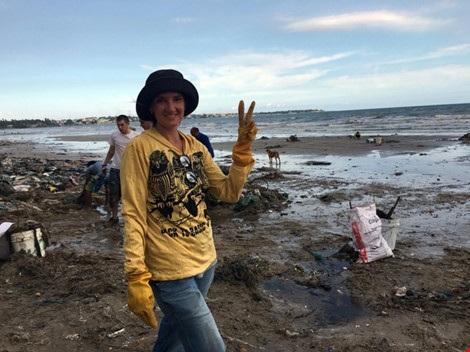 Cô Oksana Pavlova, du khách người Nga phản ảnh trên Facebook và trực tiếp dọn rác chiều nay.