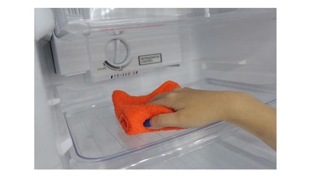 Cần vệ thường xuyên vệ sinh sinh tủ lạnh khoảng 1-2 tháng/lần để vi khuẩn, nấm mốc không có điều kiện phát sinh (Ảnh minh họa)
