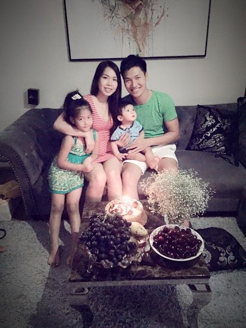 Gia đình đầm ấm của Mạnh Trường bên vợ và 2 con.
