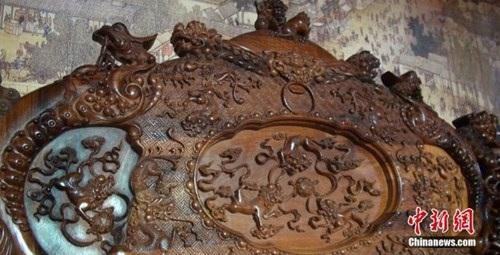 Choáng với bộ bàn ghế gỗ cẩm lai vàng giá gần 700 tỉ đồng - 3