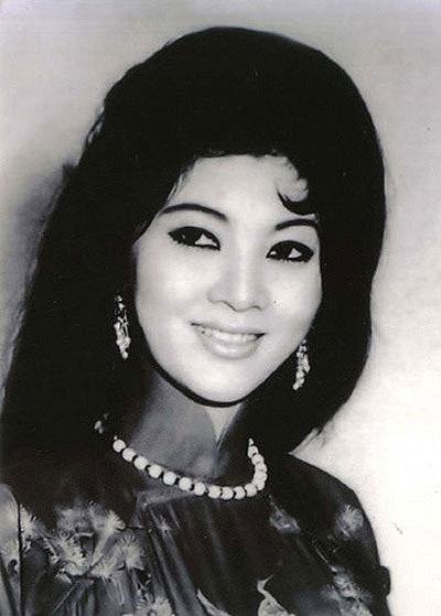 Thẩm Thúy Hằng sinh năm 1941 tại Hải Phòng. Bà tên thật là Nguyễn Kim Phụng. Từ khi đi học, Kim Phụng đã nức tiếng là hoa khôi trong giới học sinh.