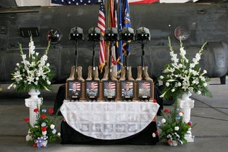 Một trong những bàn thờ truy điệu các thành viên Team 6 thiệt mạng cùng chiếc trực thăng.