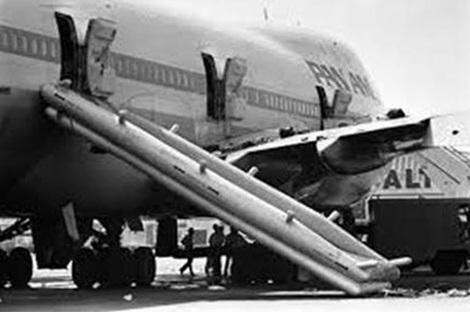 Cầu trượt thoát hiểm trên chiếc máy bay.