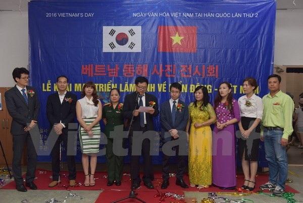 Ông Lee Min-keon, Chủ tịch Hội gia đình đa văn hóa Việt-Hàn tại Hàn Quốc, phát biểu khai mạc triển lãm. (Ảnh: Phạm Duy/Vietnam+)