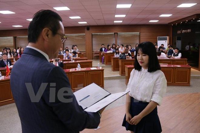 Ông Chang Ho Ick, Chủ tịch VESAMO, trao giải Nhất cuộc thi nói tiếng Hàn cho sinh viên Lý Thùy Dung, Đại học Dong-a. (Ảnh: Phạm Duy/Vietnam+)