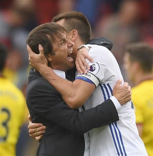 Khi tiếng còi mãn cuộc vàng lên Conte lao vào sân trong trạng thái đầy phấn khích. Trong hình, ông chia vui với đội trưởng John Terry