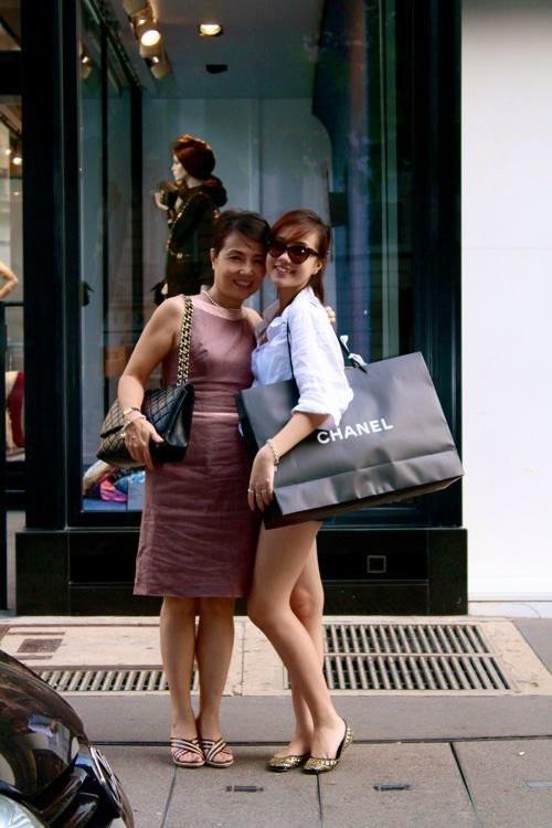 Hai mẹ con Mie thường đi mua sắm đồ hiệu cùng nhau.