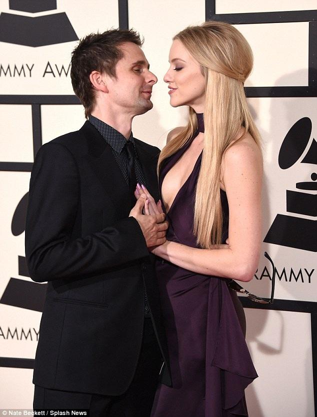 Matthew và Elle bắt đầu hò hẹn từ tháng 2 năm ngoái. Cặp đôi đã ở bên nhau gần một năm và rất hạnh phúc. Cử chỉ và ánh mắt Matthew dành cho Elle đã nói lên mối quan hệ viên mãn của hai người.