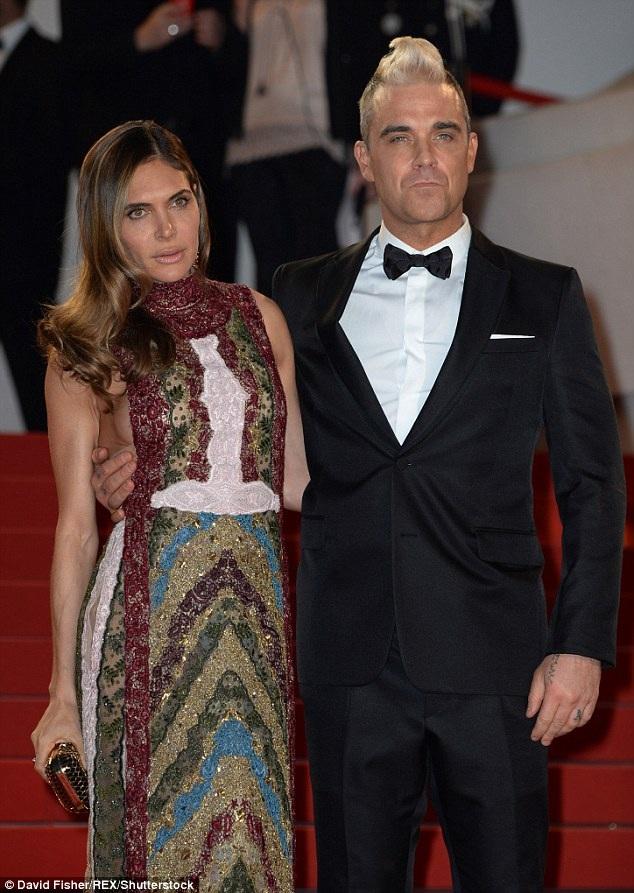 Bà xã của Robbie Williams còn bị người trợ lý cũ tố có hành động lạm dụng tình dục với anh trong thời gian anh còn làm việc cho gia đình ca sĩ nổi tiếng.