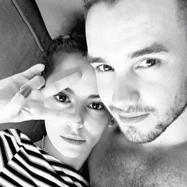 Bức ảnh công khai quan hệ giữa Cheryl, 32 tuổi, và Liam, 22 tuổi đã khiến cư dân mạng của Anh dậy sóng.