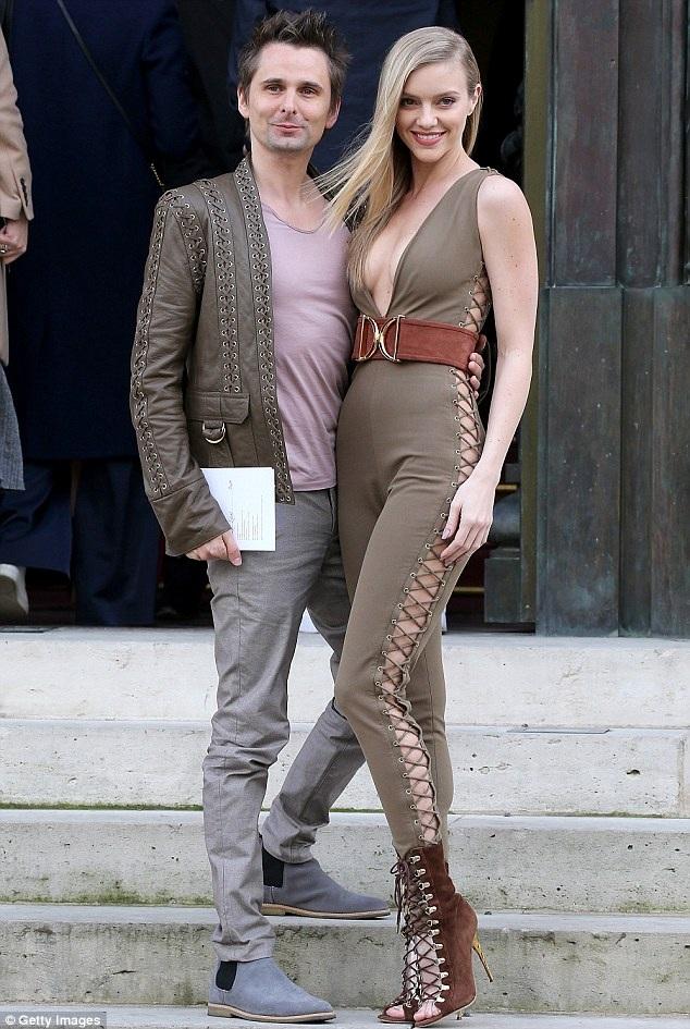 Matt Bellamy cùng bạn gái Elle Evans tới xem show diễn của nhãn hiệu Balmain tại tuần lễ thời trang Paris, Pháp, ngày 3/3.