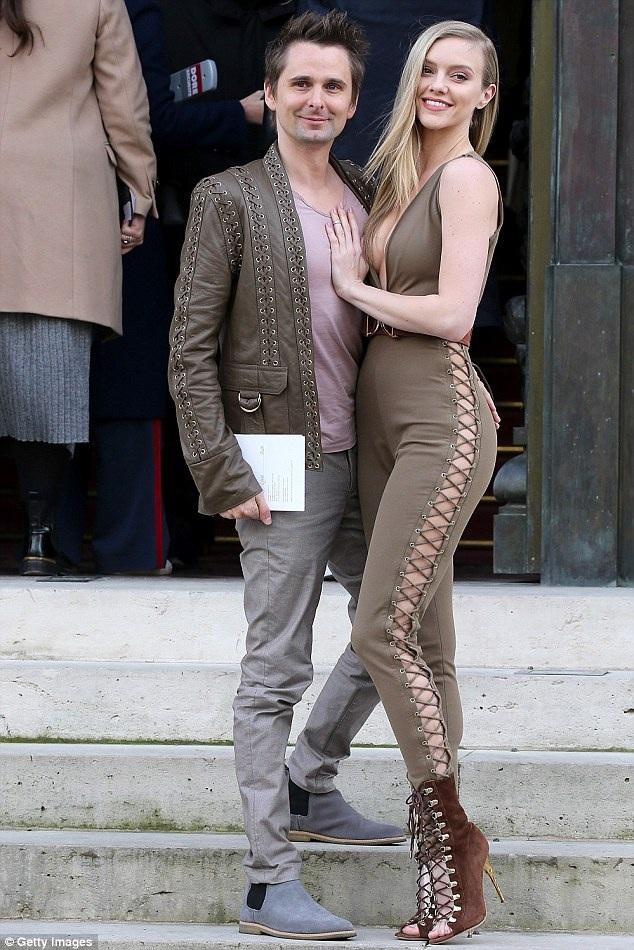 Rocker 37 tuổi và người mẫu 26 tuổi, công khai hò hẹn vào đầu năm ngoái sau một thời gian bí mật hò hẹn. Tại lễ trao giải Grammy vừa rồi, Matt cũng dẫn theo Elle tới tham dự. Cặp đôi cũng nhận được sự quan tâm đặc biệt của báo giới.