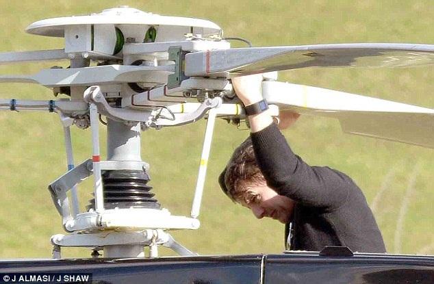 53 tuổi, Tom Cruise vẫn phong độ trong buổi tập lái máy bay - 9