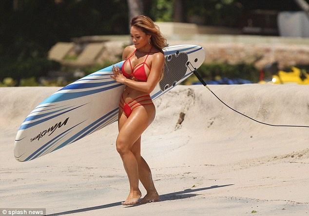 Người đẹp da nâu sải bước trên bãi biển trong bộ áo tắm không thể nhỏ bé hơn. Vốn biết lợi thế của mình là vòng một đầy đặn và vòng hai thon thả, Daphne luôn thiêu đốt ánh nhìn của mọi người bằng những bộ bikini rực rỡ bé xíu.