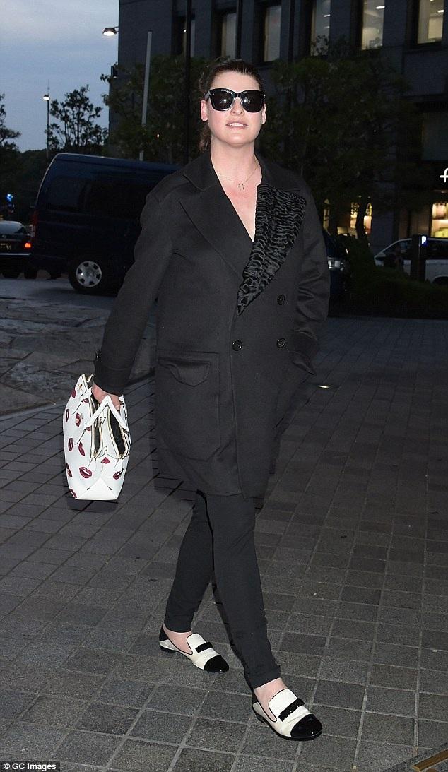 Nhiều người không nhận ra siêu mẫu Linda Evangelista khi cô xuất hiện tại Tokyo, Nhật Bản hồi đầu tuần khi diện bộ trang phục giản đơn này. Linda là một trong những siêu mẫu nổi tiếng nhất của làng mốt thế giới trong những năm 90 của thế kỷ trước và từng xuất hiện trên 600 bìa báo khác nhau.