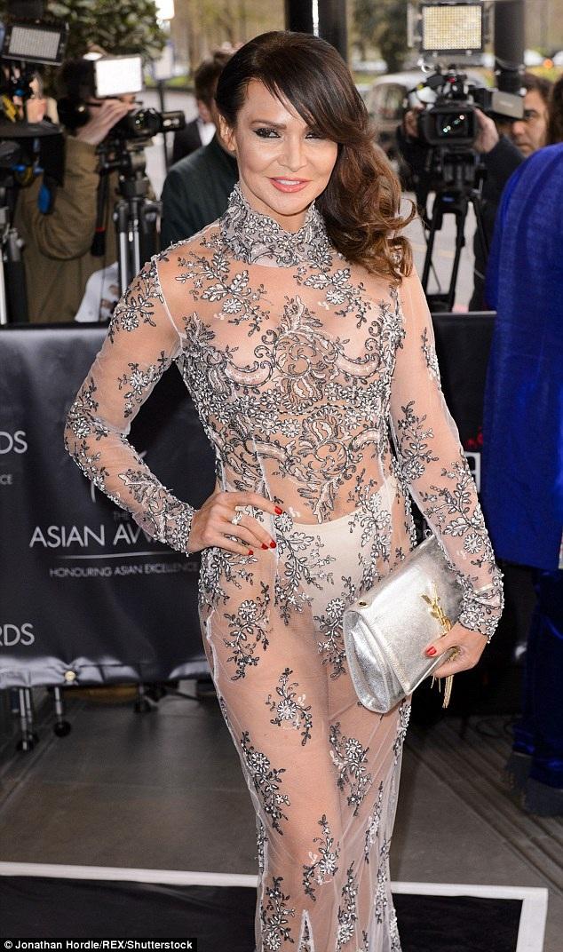 Ngôi sao 47 tuổi Lizzie Cundy thu hút mọi ánh nhìn khi tham dự một sự kiện ở London, Anh, ngày 9/4 với chiếc váy xuyên thấu trong suốt lộ cả nội y. Lizzie hiện đang là một MC, diễn viên, chuyên gia làm đẹp tại Anh quốc.