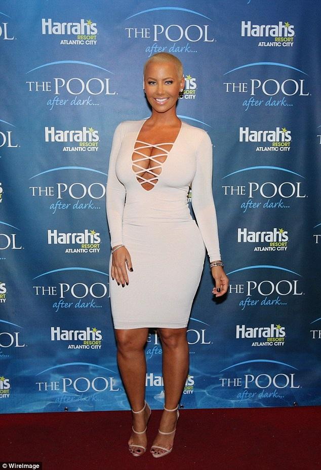 Amber Rose từng là bạn gái của rapper Kanye West, chồng hiện tại của Kim Kardashian.