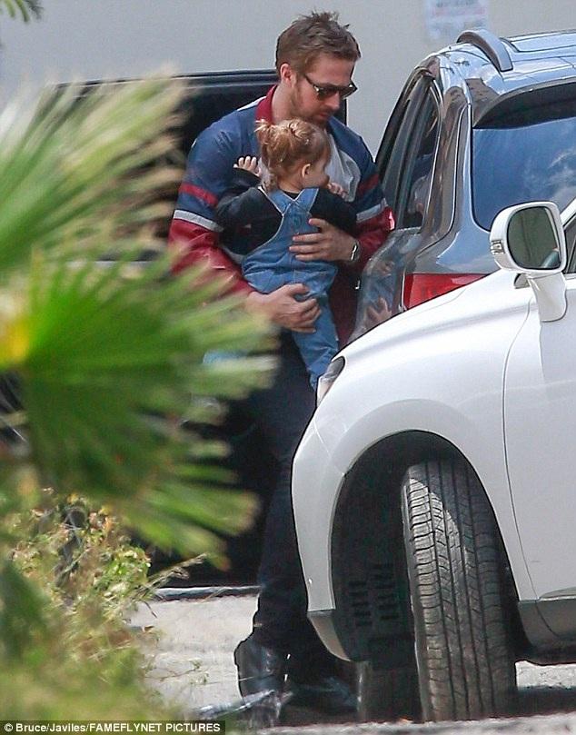 Ryan Gosling đưa Eva và cô con gái đầu lòng của hai người ra ngoài dùng bữa nhân dịp Ngày của Mẹ.