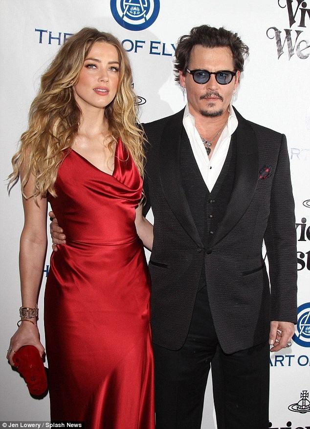 """Johnny Depp và vợ trẻ - Amber Heard đang gây """"ồn ào"""" trên truyền thông bởi thông tin ly dị sau 15 tháng chung sống."""