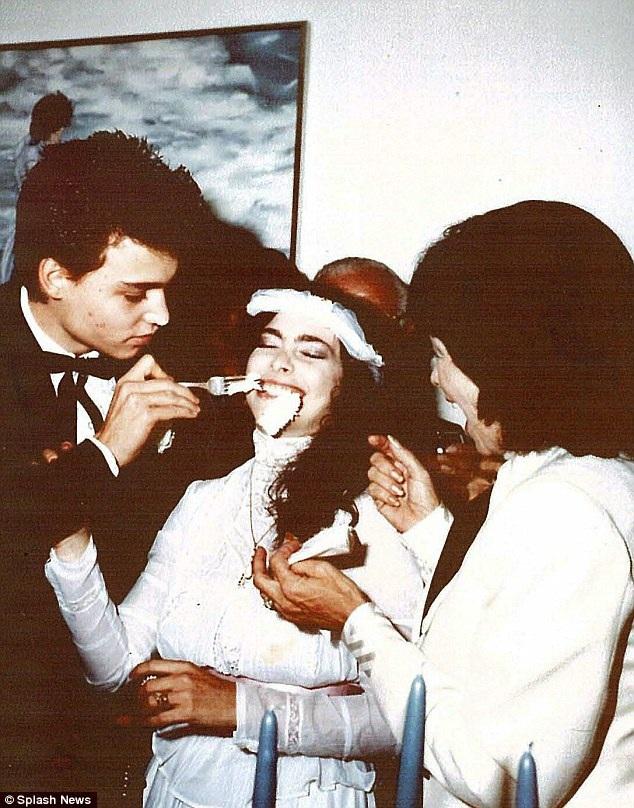 Lori Anne Allison và Johnny Depp ly dị sau 2 năm chung sống. Lori hơn Johnny 5 tuổi.