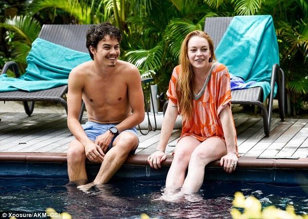 """""""Gái hư"""" Lindsay Lohan đẹp đôi bên bạn trai triệu phú trẻ - 11"""