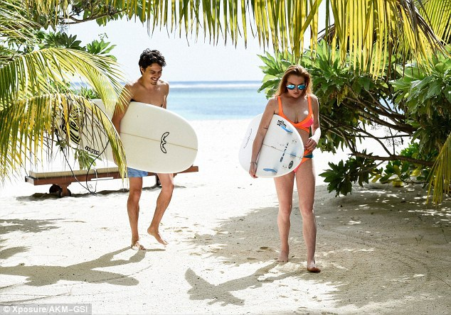 """""""Gái hư"""" Lindsay Lohan đẹp đôi bên bạn trai triệu phú trẻ - 15"""