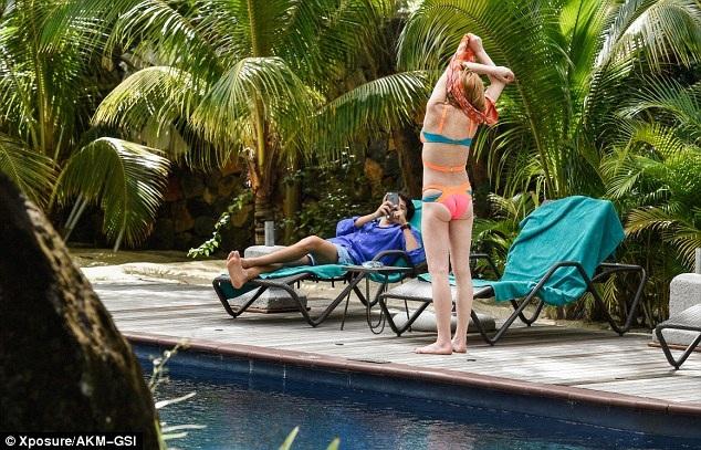 """""""Gái hư"""" Lindsay Lohan đẹp đôi bên bạn trai triệu phú trẻ - 17"""