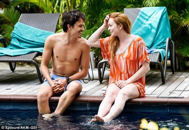 """""""Gái hư"""" Lindsay Lohan đẹp đôi bên bạn trai triệu phú trẻ - 12"""