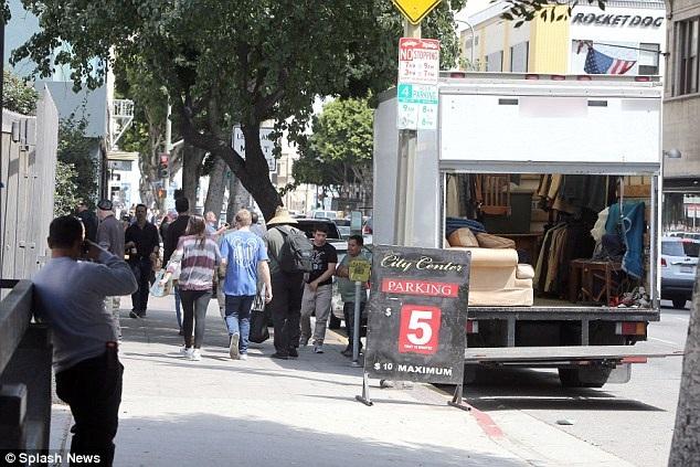 Những người này tới thu dọn đồ đạc cá nhân của Johnny Depp.