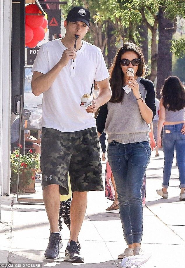 Ashton Kutcher và Mila Kunis xuất hiện ở Los Angeles hồi cuối tuần vừa rồi.