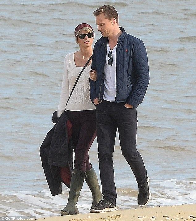 Trước khi tới Ý, Taylor đã tới Anh để thăm họ hàng của Tom. Nữ ca sĩ người Mỹ trông cực dịu dàng với áo len mỏng, quần jeans và bốt cao cổ. Bộ trang phục của cô khá ăn nhập với bộ cánh của bạn trai Tom Hiddleston.