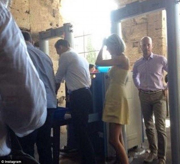 Nữ ca sĩ xinh đẹp cùng bạn trai ghé vào một nhà khác của Ý để dùng bữa. Rome là điểm đến lãng mạn của Tom và Taylor. Họ tranh thủ từng giây phút rảnh rỗi bên nhau trước khi cả hai trở về với lịch làm việc bận rộn.