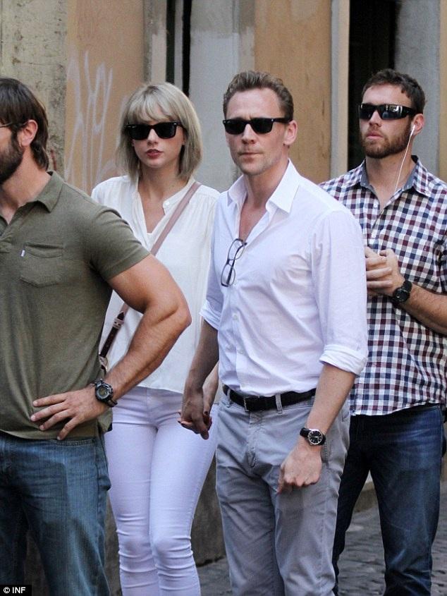 Tom và Taylor gặp nhau lần đầu tại đại tiệc thời trang Met Gala ở New York, Mỹ hồi tháng 5 vừa rồi. Ngay sau đó, Taylor đã chia tay DJ Calvin để đến với Tom sau 15 tháng hò hẹn. Đúng 2 tuần sau thông báo chia tay với Calvin, Taylor công khai cô đang yêu nam diễn viên người Anh.