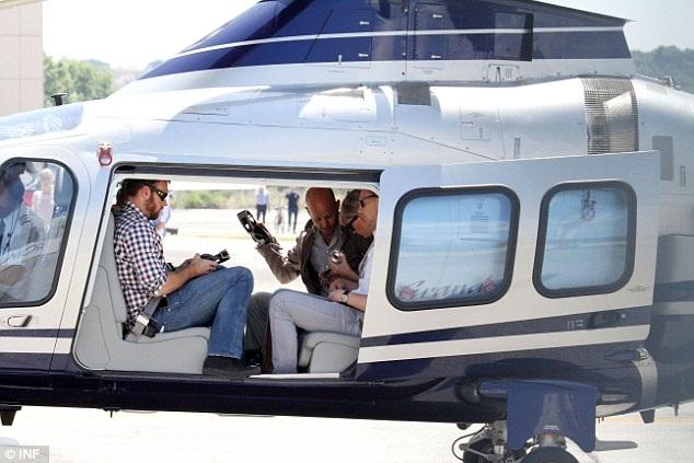 Tom và Taylor di chuyển bằng phi cơ riêng.