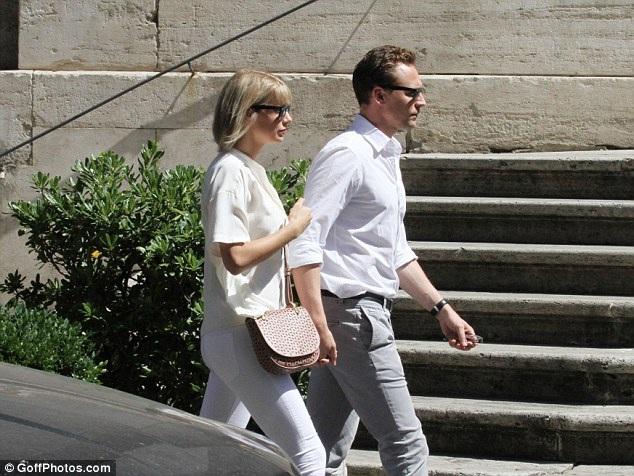 Tom và Taylor công khai quan hệ cách đây 2 tuần sau khi những bức ảnh hôn nhau thân mật trên bãi biển của cả hai xuất hiện đầy trên mặt báo.