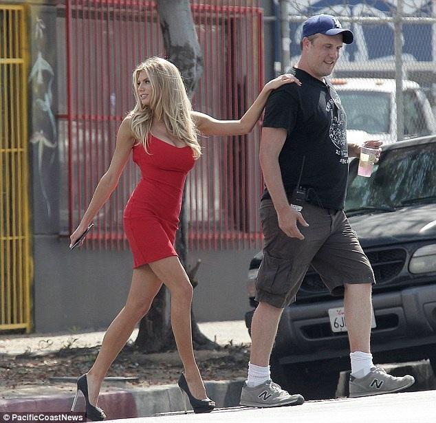 Người đẹp tóc vàng sải bước như một người mẫu thời trang trên sàn diễn trong chiếc váy ôm sát màu đỏ bắt mắt. Chiếc váy cũng làm tôn đường cong gợi cảm cùng những lợi thế hình thể của Charlotte.