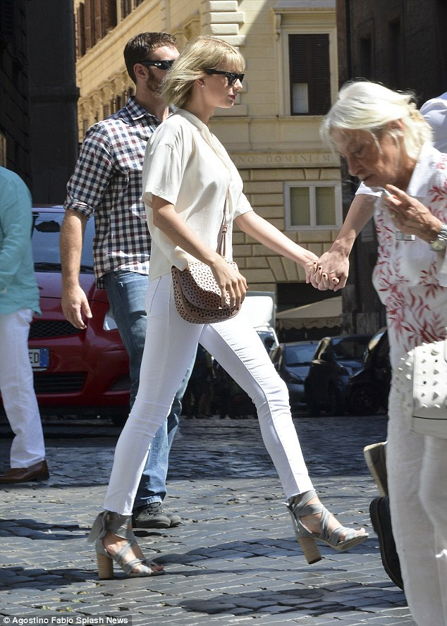 Tom và Taylor đều hò hẹn chóng vánh trogn quá khứ. Song, mối quan hệ lần này của cả hai khá nghiêm túc. Tom và Taylor đều đã ra mắt gia đình hai bên gia đình chỉ sau một tháng tìm hiểu. Trước khi tới Ý, Tom đã đưa Taylor về thăm gia đình của anh tại Anh.