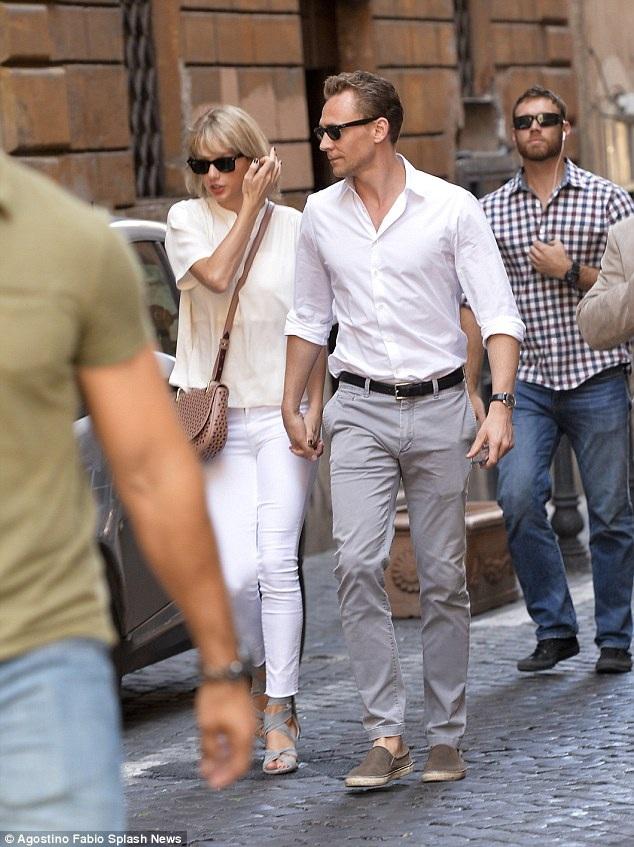 Từ khi yêu Tom, Taylor cũng trở nên dịu dàng và nữ tính hơn. Gu thời trang của cô được fan đánh giá cao.