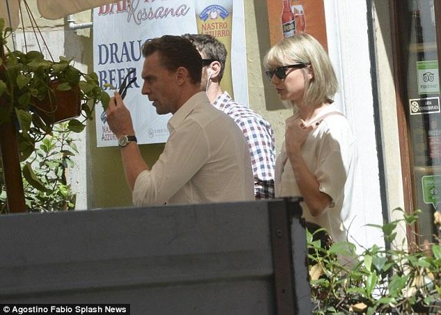 Gu thời trang tình nhân tone-sur-tone của Taylor Swift và Tom Hiddleston - 14