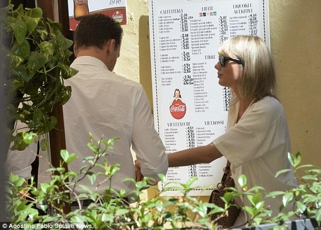 Cả hai ghé vào một nhà hàng tại Ý để thưởng thức đồ ăn.
