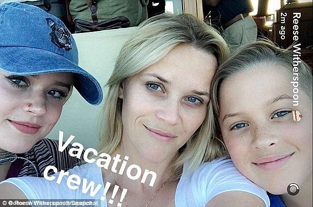 Reese Witherspoon đang đi nghỉ hè cùng các con tại Bahamas.