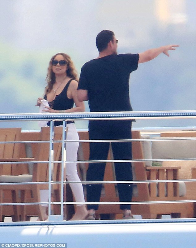 Nữ ca sĩ 46 tuổi ăn mặc gợi cảm khi sánh đôi cùng chồng tương lai trên du thuyền sang trọng.